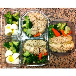 🍴Midweek meal prep. Better late then never!! 😁 (Yes, this means I may, OR MAY NOT, have made some less than healthy lunch and snack choices at work, mon thru wed… 🙊) 🔸2 afternoon snacks🔸broccoli + 1egg + 1 eggwhite🔸✨🔺2 lunches🔺chicken breast + brown rice + carrots + broccoli🔺 plus an extra lunch for postworkout grub on Saturday.😜  #eat #fuel #eatclean #getlean #nom #yum #healthy #train #muscle #grub #instagood #instagramfitness #prep #mealprep #prepday #nutrition #lunch #meals #snacks #protein #veggies #mytummyeats 🎈 (at le kitchen🎈)