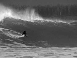 livefreeordiex:  surfing 20 foot waves in alaska