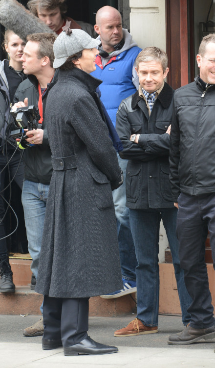 cumberbuddy:  imgaro:  2013.4.10  #setlock Not particularly spoilery - between takes - Freeman how do you face?