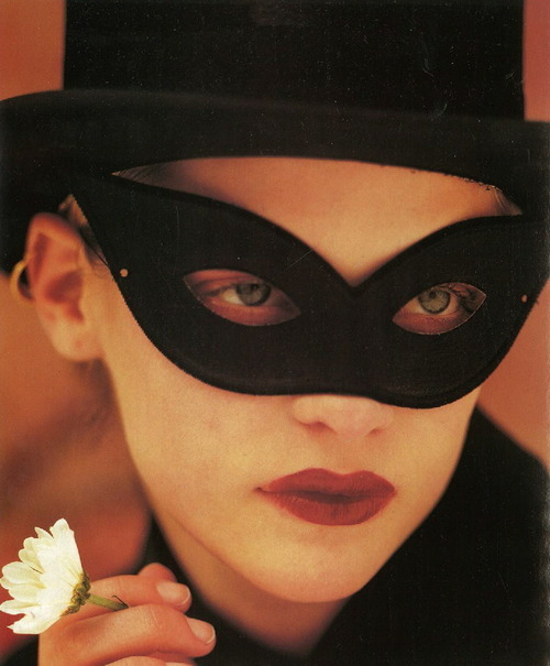 supermodelgif:  Vogue Paris October 1997, Les Extrêmes by Albert Watson   Mystery.*