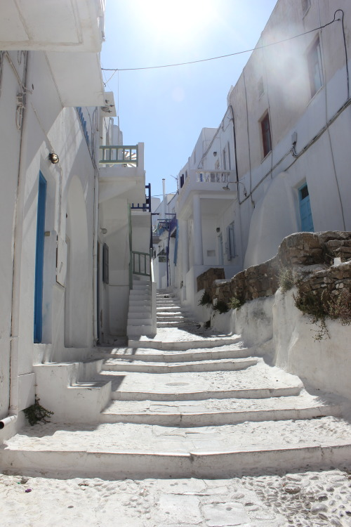 essentiallist:  essentiallist:  A walkway in Mykonos, so white, so blue!   What since when did this reach 5k!? OMG wow can't believe this THANK YOU :D