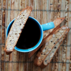 lindasinklings: amaretto almond biscotti. (via The Ginger Cook: Amaretto Almond Biscotti)