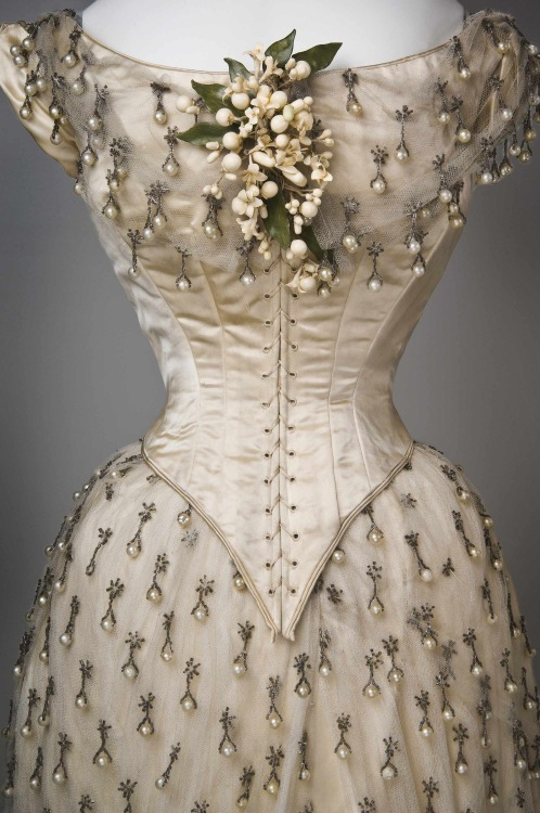 fripperiesandfobs:  Wedding dress, 1887 From the Cincinnati Art Museum via Worn Through