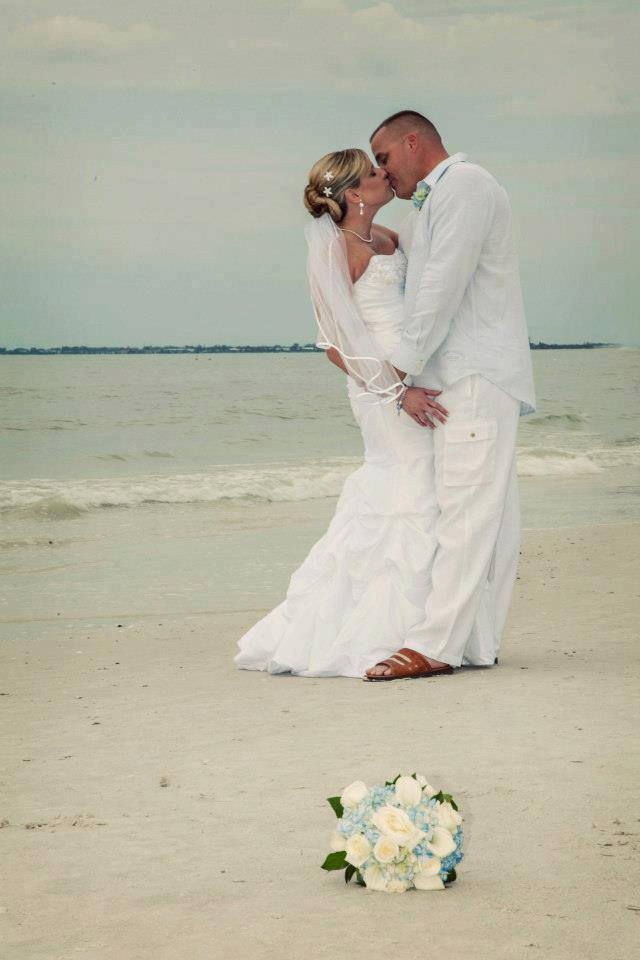 my-wedding-journey:  Beach wedding couple