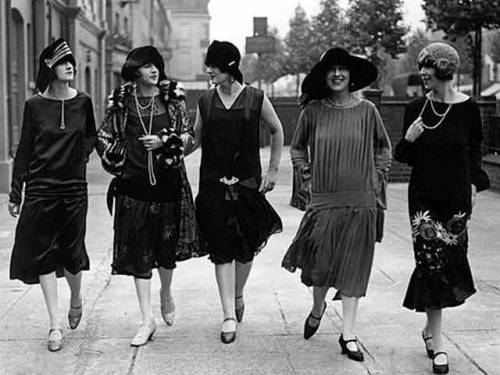 seahorsesandpearls:  Flappers in Paris c. 1920s
