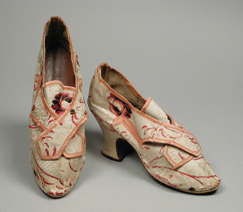 tiny-librarian:  A pair of ladies silk brocade shoes from 1756. Source