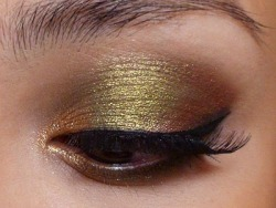 very simple gold eye shadow