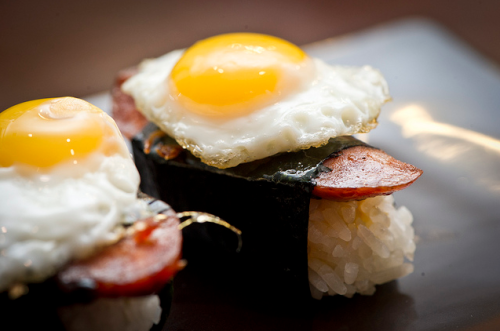 jonquillesparlamer:  foodescapades:  Longganisa Musubi with Quail Egg   Get. In. My. Mouth.