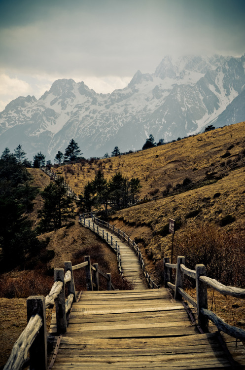 travelingcolors:  Hiking Trail near Lijiang, Yunnan | China (by pho.tho.mas)