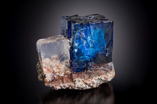 electricbreath:  mineralists:  Extraordinary Blue Halite with Sylvite!Intrepid Potash East Mine, New Mexico  alright, who's going to say it?  def the tesseract