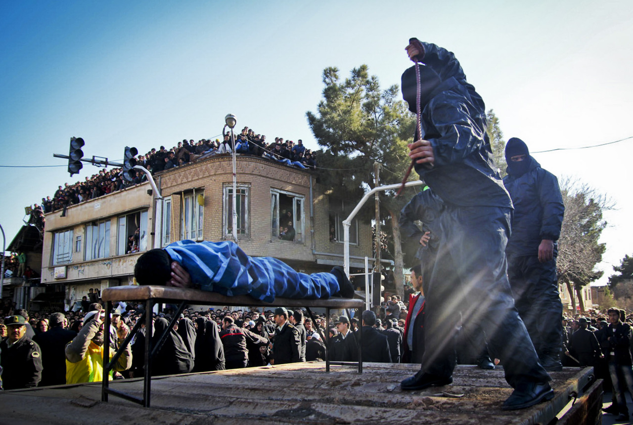 Need justice. An Iranian officer lashes a man, convicted of rape, at the northeastern city of Sabzevar, Iran. Rape, like murder and treason, can be punished by the death sentence in Iran, but sometimes judges imposed a sentence of lashes before execution or imprisonment. Besoin de justice. Un officier iranien fouette un homme accusé de viol sur la place publique de la ville de Sabzevar en Iran. Normalement, le viol tout comme le meurtre où encore la haute trahison sont punis de mort dans ce pays. Quelquefois les juges imposent aussi les coups de fouets en public avant l'exécution ou l'emprisonnement du coupable. PHOTOGRAPHER :AP PHOTO/HOSSEIN ESMAELI