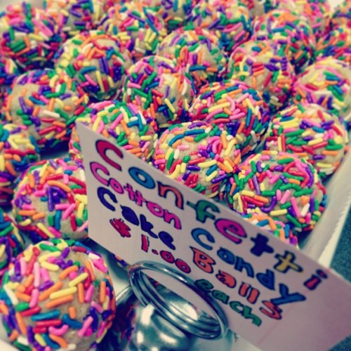 Newwww!! Confetti Cotton Candy Cake Balls 🌈 #cakeballs #sprinkles #rainbow #confetti #cottoncandy #colorful #vegan #sweetavenue #sweetavenuebakeshop  (at Sweet Avenue Bake Shop)