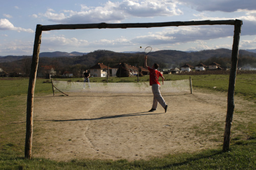 fotojournalismus:  Youths play tennis on an improvised court in the village of Turija, near Lukavac, Bosnia and Herzegovina on April 14, 2013. [Credit : Amel Emric/Associated Press]
