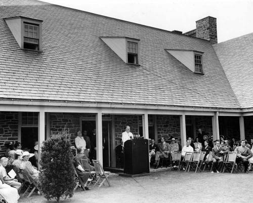 FDR at The First Presidential Library Dedication The first Presidential Library and Museum was conceived and built under President Franklin D. Roosevelt's direction from 1939 to 1940 in Hyde Park, NY. The official FDR Library dedication was a small, quiet affair, with close friends and family attending the ceremony.  -History of the FDR Library