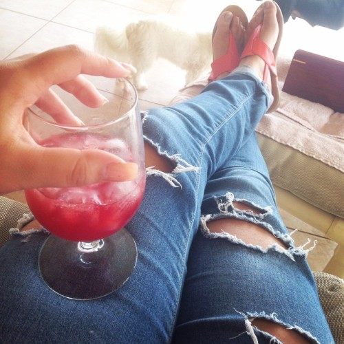 Relaxing outside with a nice glass of moms sangria and cigars👌#familytime #drinks #sangria #cigars #relax #chillmode 🍷☀️