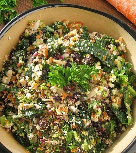Yum, looking forward to trying this Quinoa & Kale detox salad for meatless monday. Here are the ingredients: Quinoa Chia seeds Carrot Kale Sliced almonds Parsley Currants Sunflower seeds Avacado Mung beans For the dressing: Squeezed lemon Agave Vinegar xx