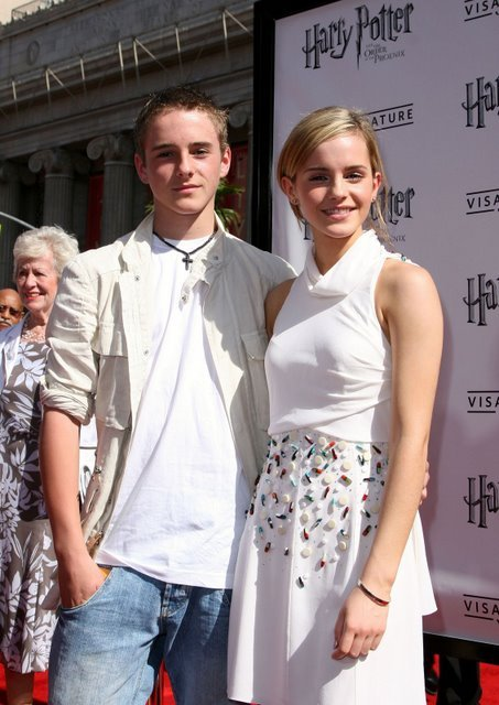 thatnote: thats emma watson(1990) and her younger brother alex watson(1993)lol so pretty, cute and shuai.and guess what? her brother is same age as me!