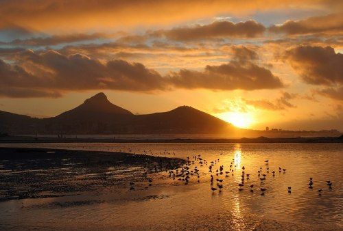 Sunset, Cape Town, South Africa. Pôr-do-sol, Cidade do Cabo, África do Sul. Photo via Visit South Africa on Facebook (all rights reserved)