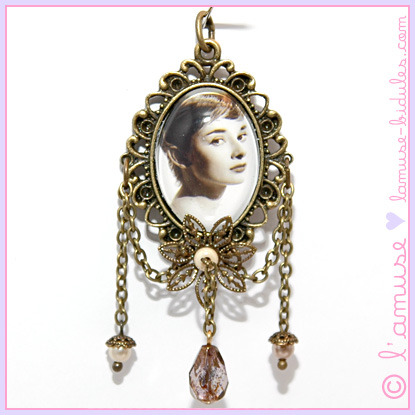 "Bidule du jour ✸ Bidule of the day :Le pendentif-médaillon ""Audrey"",Collection ""Petits trésors"",Pièce unique !☄ ""Audrey"" medallion-charm""Little Treasures"" collection,unique !✸ 19,00 € ✸ ✸ SOLDES ✸Plus de 130 Bidules, faits main et uniques, à tout petit prix sur la boutique en ligne ! ☄ Clearance on hundreds of unique and handmade Bidules : online shop !"