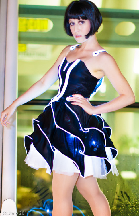 xineo:  ianbrooks:  Tron Prom Dress by Victoria Schmidt / Scruffy Rebel and Jinyo Programmed by Jinyo with some savvy hacking skills and el wire, Victoria aka Scruffy Rebel rocked this Tron Dress at San Diego Comic-Con '11… for the Users!  Victoria: Website (Lead photo: dr_teng / other photos: LJinto)   Hot