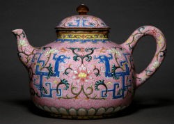 Teapot, Chahu, porcelain, graviata pattern on rose enamel China, Jingdezhen, (Jiangxi), Qianlong stamp and Period (1736-1795) H. 13.2 cm. Dimension at bottom: 9.2 cm