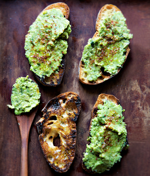 clubmonaco:  Toast with Lemony Pea Mash  Looks good.