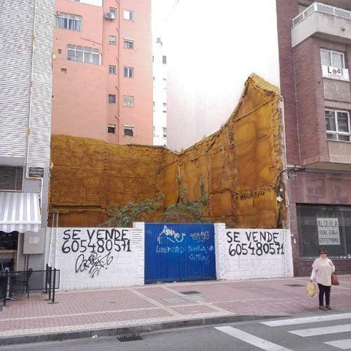 #Möwen lassen ihre #Krallennägel zurück, sodass die Häuser zu schimmeln beginnen.#Malaga #Mittelmeer #Málaga #city #sevende #bauschaum #abriss #häuserlücke #wegdamit #Baustelle #häuserzeile #spanierin #Sonnenbrille #gehweg