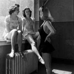 hollyhocksandtulips:  Photo by Nina Leen, 1940s