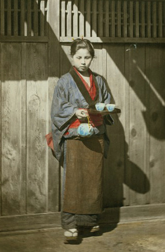 iki-mono:  thekimonogallery:  Tea server at the gate.  Hand-colored photo, 1870's, Japan.  Photographer Felice Beato  Yay! Everyday kimono!