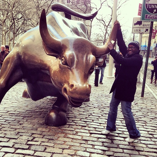 Grabbing the Bull! #nyc #tour #winter  (at Charging Bull)