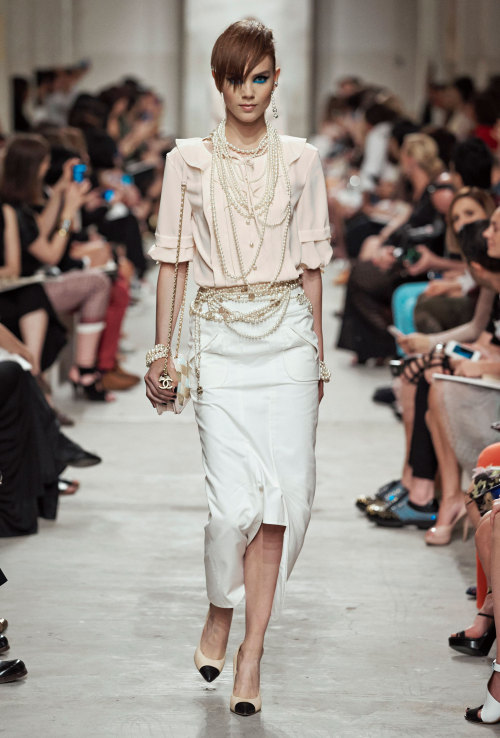 Iconic layered pearls at the @Chanel #PreSS14 show. Read the full report on the collection that celebrated the 100th anniversary of @Chanel's 1st boutique here.
