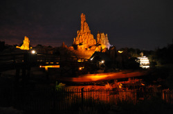 -mickeywaffles:  Big Thunder at Night by Disney Gals