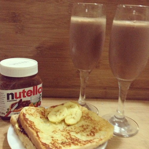 How to finish a jar of Nutella: Make Banana Nutella French Toast and Banana Nutella Milkshake :)) Success! @sherylmonica  👌😍 Be proud of us, @maegee_ko 😂 🍫🍌 #nutella #bumlife #unemployed