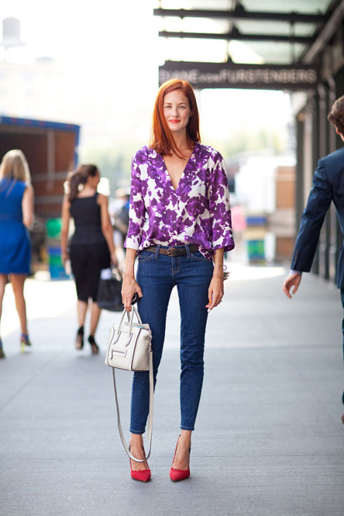 Casual and cheery. We love how her shoes match her lipstick!