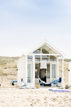 little cottage on the beach. easy living