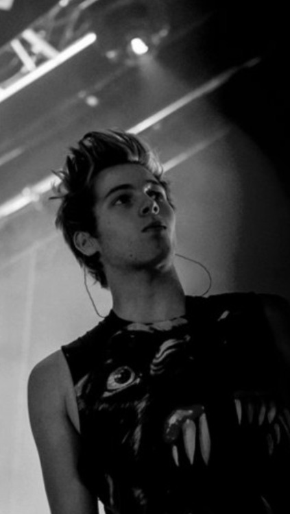 Luke Hemmings Wallpaper Tumblr luke hemmings iphone b...