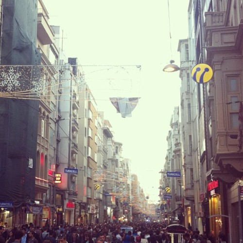 Busy Saturday at Istiklal shopping street. #istanbul #turkey