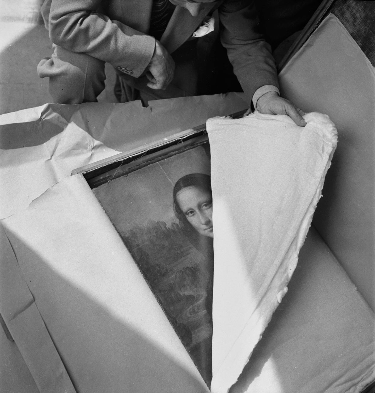 jarrodis:  Unpacking Mona Lisa at the end of World War II (1945)