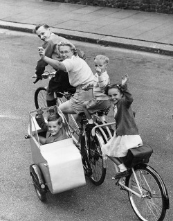 dailydoseofstuf:  A family day out cycling by the Thames, Windsor, 1950.