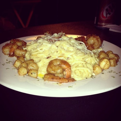 Pan-seared scallops and shrimp served with creamy bacon Alfredo pasta #Delish #foodgasm 🍴💋