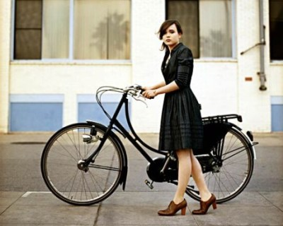 Ellen Page and bicycle    //