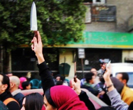 Women brandishing knives to protest sexual harassment in Egypt
