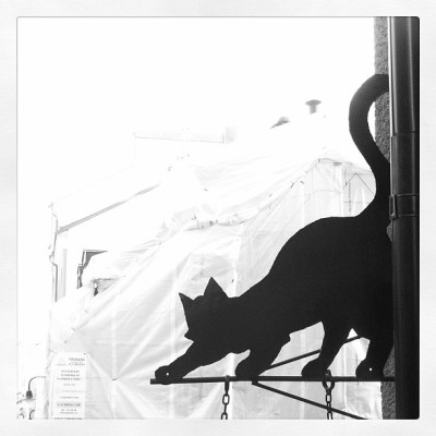 Cutest sign in town #mjau #black #cat #9lives #design #drainpipe #roof #lurkin #mice #balance #tail #whiskers #södermalm #stockholm  (på/i Mariatorget)