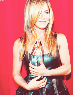 Seriously guys, does Jennifer Aniston EVER look anything less then drop dead gorgeous?? This girl is a fashion ICON! Loved this fun, leather number that she rocked on the red carpet last night.  She also won an award for Favourite Comedic Actress.