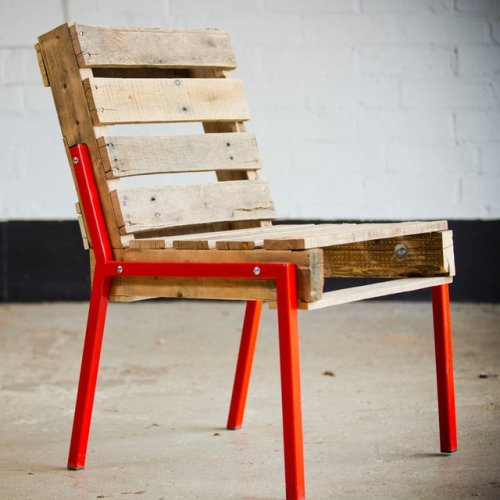 late-nightsnack:  Pallet Chair with Steel Legs.. love it!