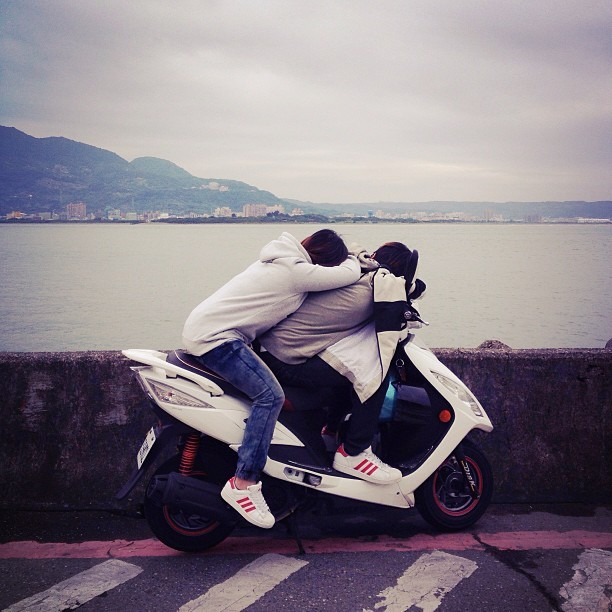 Tamsui in love #taipei #taiwan #tamsui #motorbike #couple #hug #picfx #twig (at Tamsui)