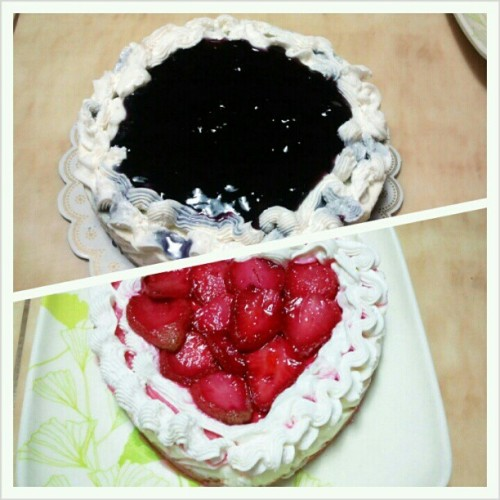 blueberry cheese cake(taas) at strawberry cheese cake(baba). gawa ni mama,masarap lang naman :)