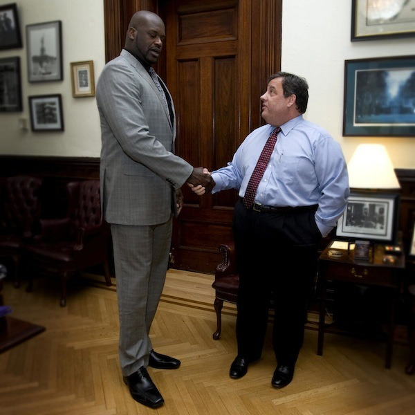 motherjones:  mediaite:  Shaq makes Chris Christie look incredibly tiny.  Looking forward to the buddy cop movie.  Shaquille O'Neal y el gobernador de New Jersey, Chris Christie, que sigue tan gordo como siempre.