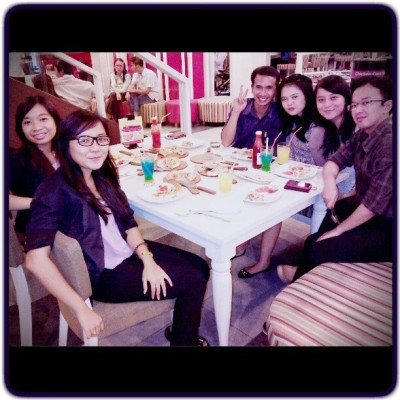Minta fotoin dong mba #together #time #dinner #pizzahut #officemate #happy