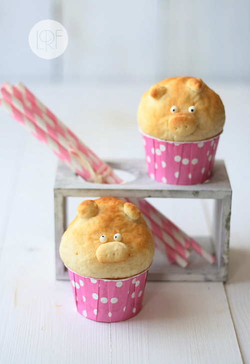 unknowneditors:  Piggy Bread brought to us by La Receta de la Felicidad Although too adorable to eat, the guilt trip will pass. Now, Imagine these wrapped around pork ribs. yum!